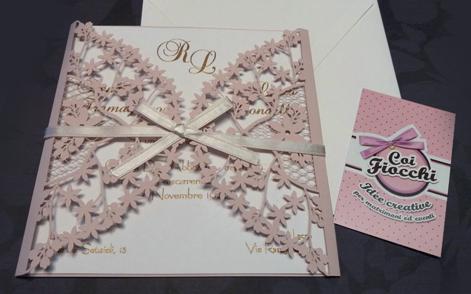 partecipazione-nozze-ad ante con fiorellini intagliati rosa antico e fiocco di raso