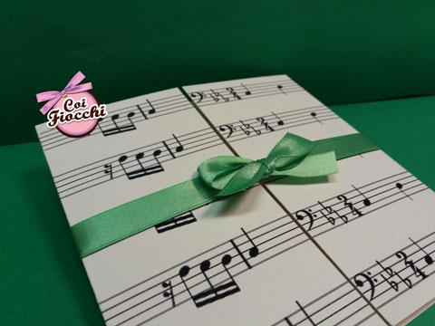 invito 18 anni con spartito musicale chiuso da nastro di raso verde