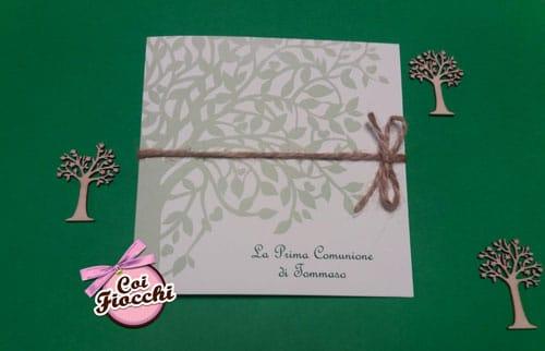 invito prima comunione con albero chiuso da cordoncino in juta legato a fiocco