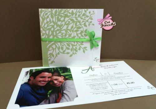 partecipazione di nozze a tema albero della vita con apertura asimmetrica e foto degli sposi all'interno