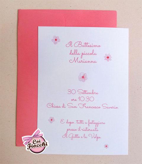Invito per il battesimo per bambina con fiorellini e busta rosa coordinata