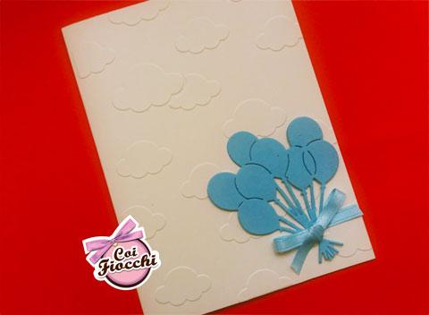 Invito battesimo bimbo con nuvole a rilievo sulla carta e tanti palloncini azzurri con fiocchetto di raso
