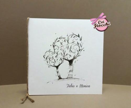 Partecipazioni-di-matrimonio con due alberi disegnati ad acquerello le cui chiome formano due cuori