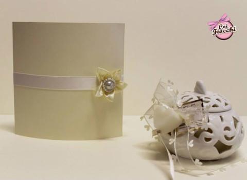 partecipazione-di-matrimonio-pizzo-e-raso-con-applicazione-floreale-studio-grafico-coi-fiocchi