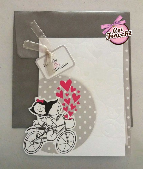 invito-con-sposini-stilizzati-su-bici con cuori e pois