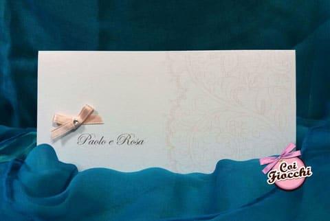 invito nozze color rosa pesca con decoro effetto pizzoe fiocchetto con sopra un piccolo strass