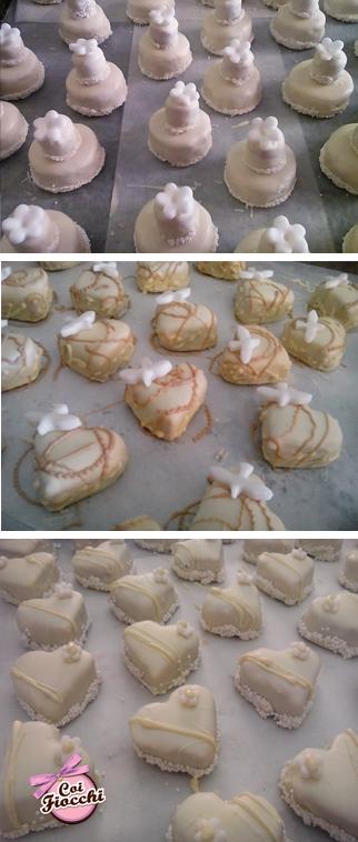 Biscotti segnaposto in pasta di mandorle appena sfornati con soggetti assortiti