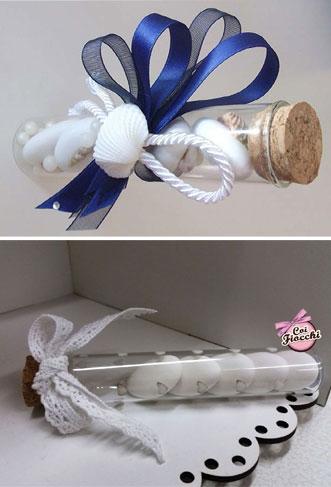 Collage di segnaposti per il matrimonio a forma di provetta di vetro ripiena di confetti