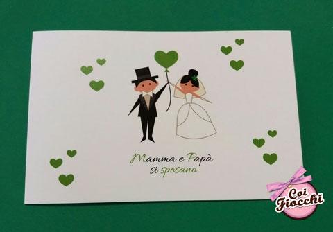 partecipazione-nozze con sposini stilizzati e cuoricini verdi