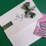 partecipazione di nozze elegante con pois a rilievo sulla carta e raso verdone