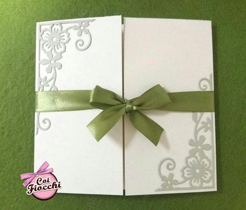 partecipazione di nozze ecologica in carta riciclata mais con ghirigori floreali in carta kiwi e raso verde