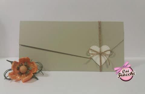 Partecipazione nozze ecologica in carta riciclata kiwi a foglio unico con apertura asimmetrica e tag a forma di cuore.