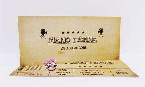 Partecipazione matrimonio a tema cinema a forma di biglietto del cinema retrò su texture vintage.
