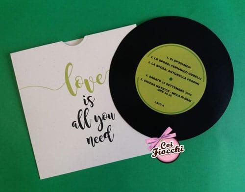partecipazione-nozze-musica-formato disco di vinile con love is all you need scritto sulla custodia