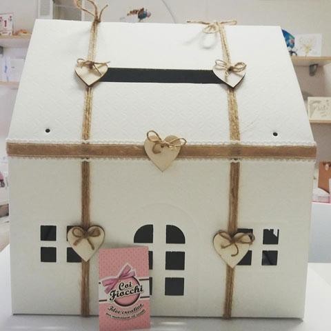 scatola porta buste in formato casetta stile shabby chic per matrimonio