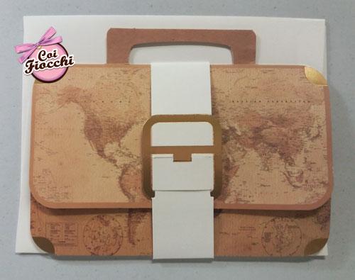 Partecipazione di nozze a tema viaggio a forma di valigetta con mappamondo vintage.