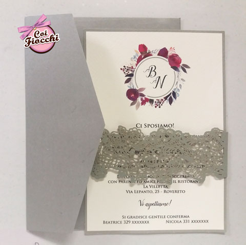 partecipazione nozze boho chic romantica con fiori e fascetta con fiori intagliati a laser
