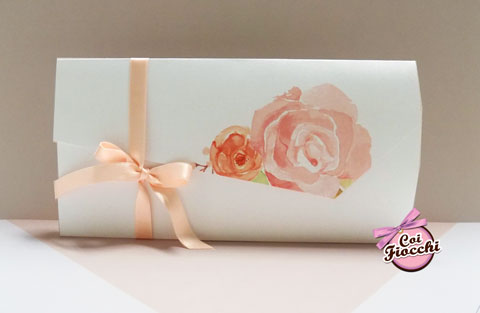Partecipazione nozze romantica con rose illustrate ad acquerello e nastro di raso nei toni del rosa pesco
