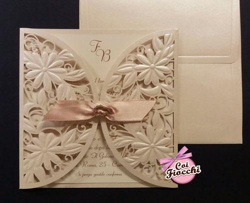 partecipazione di matrimonio ad ante integliate con fiori lasercut chiusa da nastro di raso con applicazione gioiello