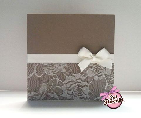 partecipazione-di-nozze-vero-pizzo con rose ricamate e nastro di raso bianco legato in un romantico fiocco