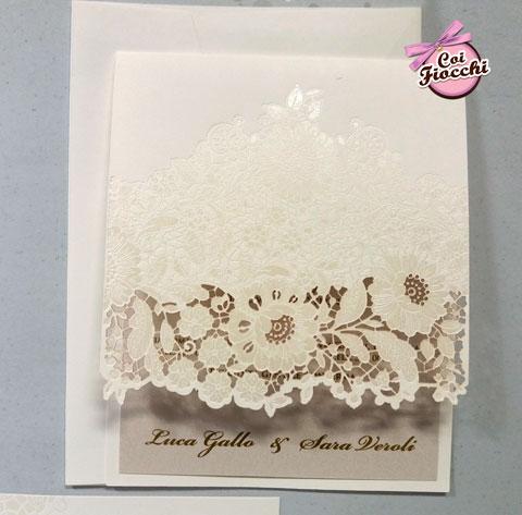 Partecipazione nozze laser cut elegante con intaglio a fiori effetto pizzo