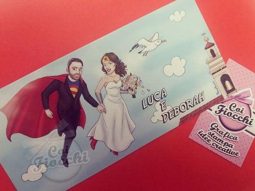 partecipazione-matrimonio con caricatura-sposi ritratti come Superman e Wonder Woman che volano felici verso la Chiesa dove stanno per sposarsi