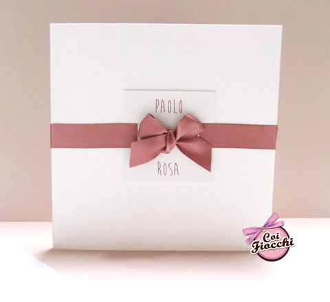 Partecipazione semplice con fiocco di raso rosa antico e cartoncino con i nomi degli sposi