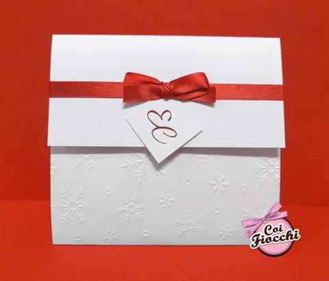 Partecipazione natalizia a foglio unico con cristalli di neve a rilievo, raso rosso e tag con le inizili degli sposi