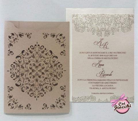 partecipazione nozze con decorazione elegante laser e ghirigori effetto perla
