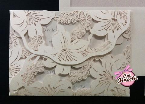 partecipazione-nozze-lasercut con fiori di ibiscus intagliati