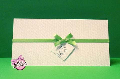 Partecipazione Shabby elegante, in carta ruvida e tag con le iniziali degli sposi tenute insieme da un nastro di raso verde.