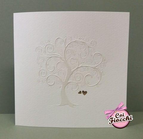 partecipazione matrimonio albero della vita carta perlata su texture ruvida e due cuoricini dorati