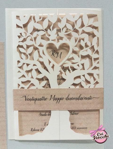 partecipazione-nozze albero della vita intagliato con cuore centrale e sfondo effetto legno