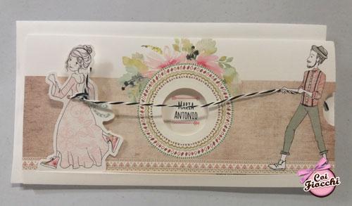partecipazione-nozze-boho con sposini disegnati dove lo sposo tiene per la corda la sua sposa che scappa