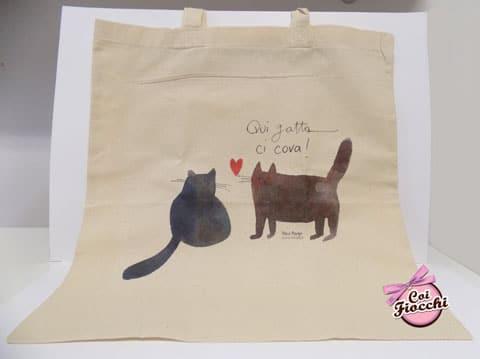 idee regalo a tema gatti-borsa-shopper in cotone bio con gatti innamorati e citazione qui gatta ci cova