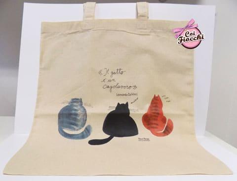 idee regalo a tema gatti-borsa-shopper in cotone bio con tre gattoni disegnati e citazione il gatto è un capolavoro