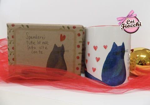 idee regalo natalizie tazza con gatto nero e cuoricini
