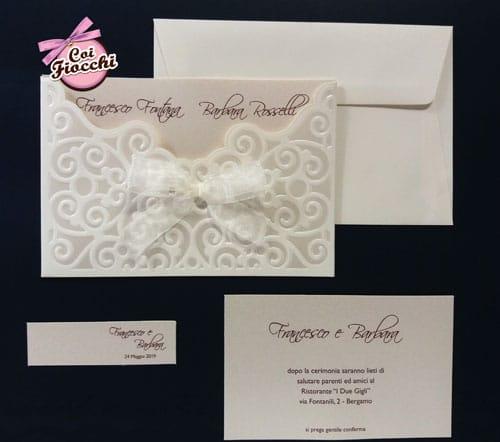 invito-nozze-elegante-totol-white carta perllata con motivi a rilievo e fiocco
