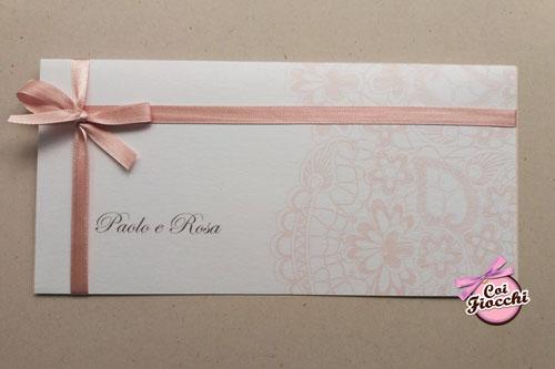Partecipazione di nozze carta perlata con stampa effetto pizzo e raso rosa pesco