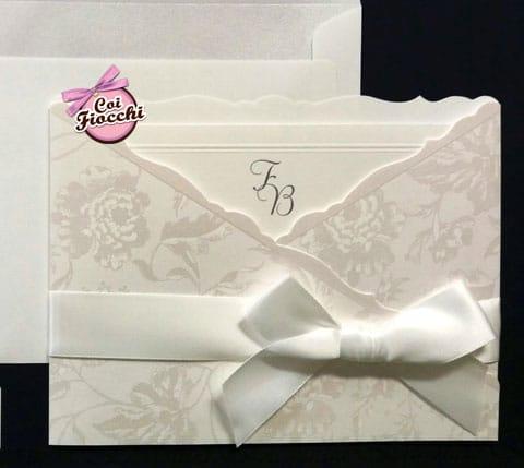 partecipazione-classica-total-white-rose perlate effetto damasco e nastro di raso bianco con fiocco