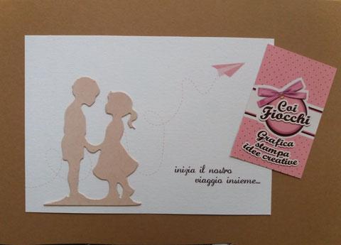 Partecipazione nozze con sagome fustellate a tema viaggio color rosa pesco