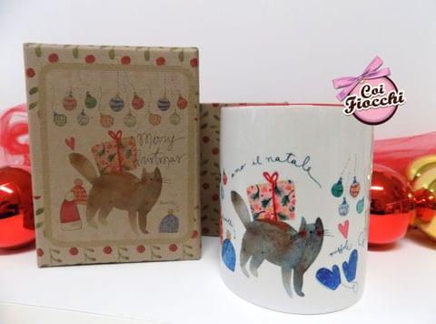 idee regalo natalizie-tazza mug illustrata con gatto regali di natale e tante palline colorate