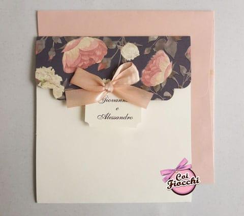 invito-nozze-boho-chic in formato busta con decoro floreale vintage e fiocco di raso