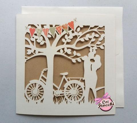 Partecipazione nozze con albero della vita e sagoma degli sposi intagliate