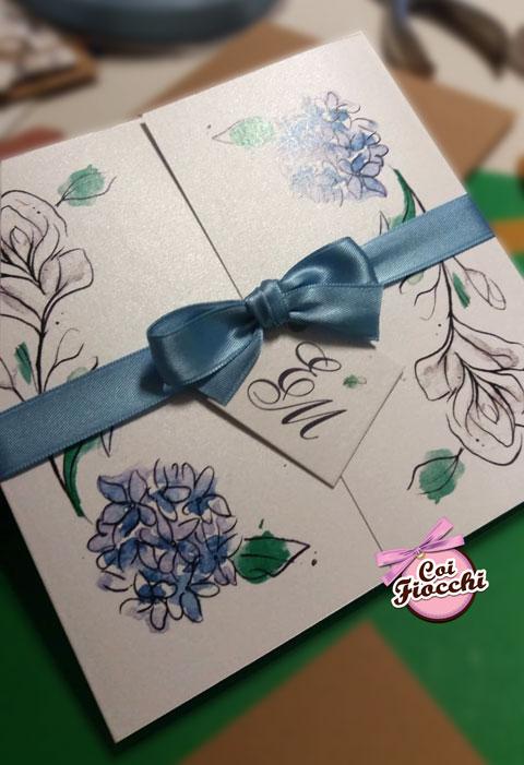 partecipazione-nozze-boho in-carta-perlata con rose e ortensie dipinte ad acquerello