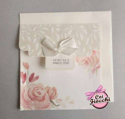 partecipazione-nozze-boho-chic classica-bianca-con-rose color pesca e fiocchetto