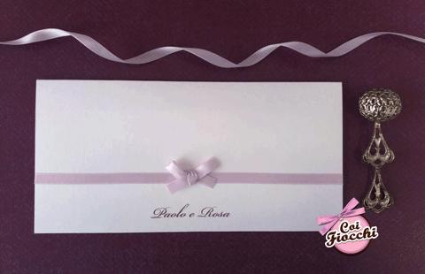 Partecipazione nozze in carta perlata semplice ed elegante con raso lilla e i nomi degli sposi.