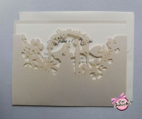 Partecipazione classica lasercut con la sagoma degli sposi e fiori intagliati.