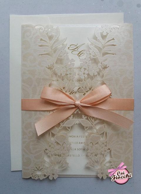 partecipazione nozze elegante lasercut con ante perlate e fiocco rosa pesco