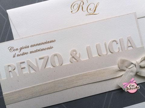 Partecipazione lasercut elegante con i nomi degli sposi intagliati sulla carta.